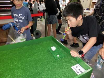 ゴルフゲームに挑戦。うまく入るかな??